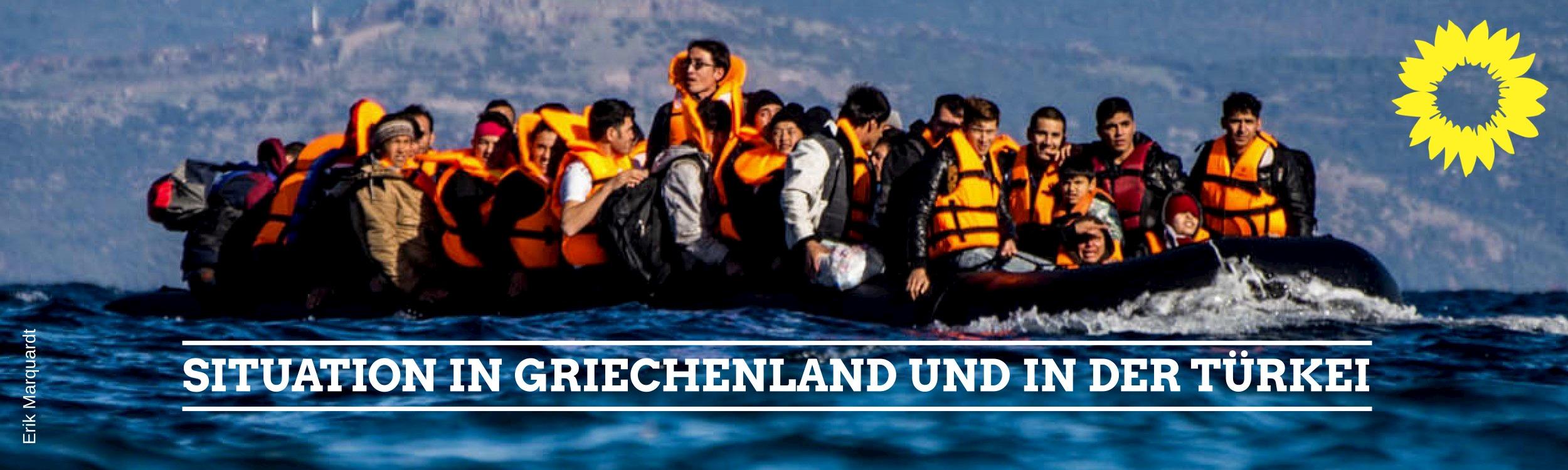 Menschen auf einem überfüllten Boot auf der Flucht nach Griechenland